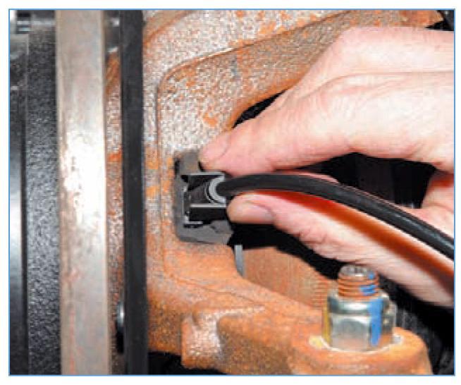 Снятие датчика скорости вращения переднего колеса Рено Логан