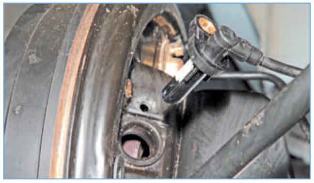 Снятие датчика скорости вращения заднего колеса Рено Логан